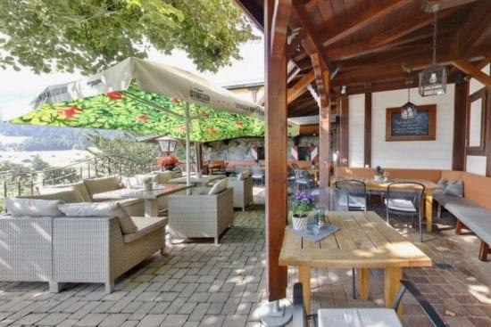 Der Gastgarten im Stegerbräu hat auch eine überdachte Laube mit Heizstrahlern