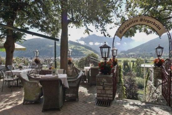 Vom Gastgarten im Stegerbräu blicken Sie direkt auf die umliegende Bergwelt.