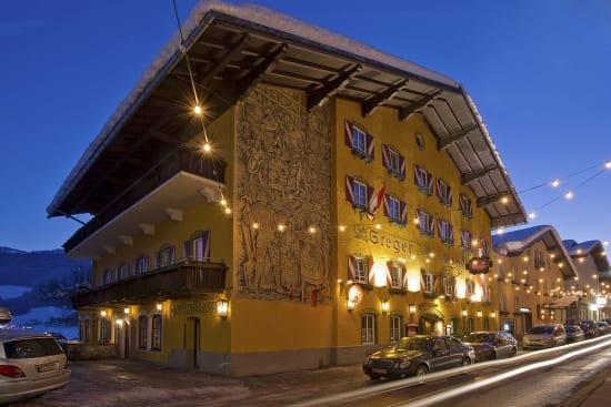 Die Hausfassade vom Hotel Stegerbräu an einem Winterabend