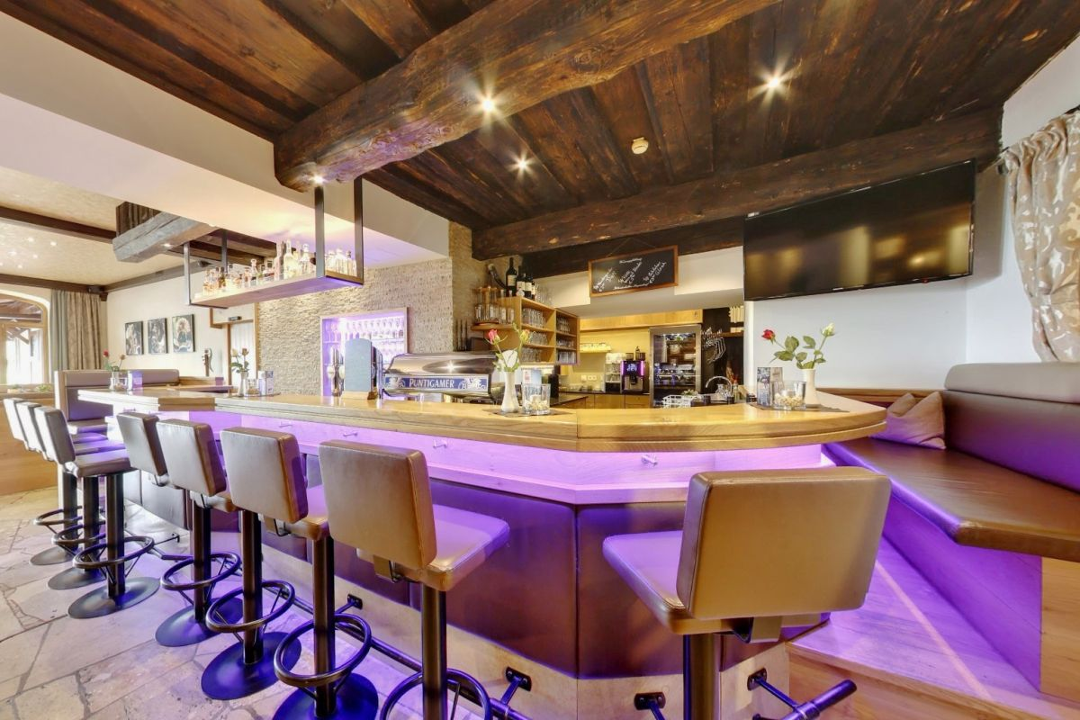 Die Bar im Stegerbräu ist Teil des Bräusaals und beliebter Treffpunkt in Radstadt für Gäste und Einheimische