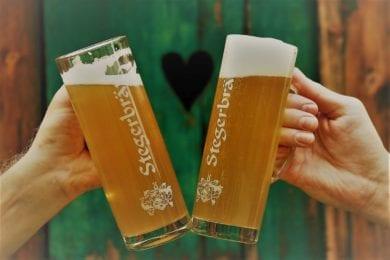 Das Stegerbräu Bier gibt es frisch gezapft oder in der Flasche