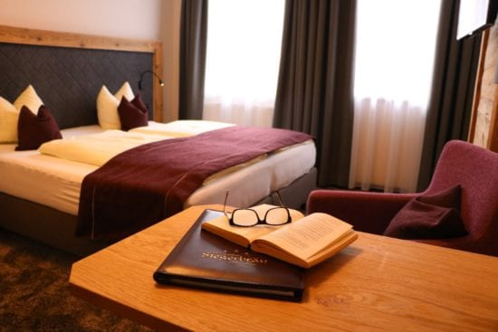 Beim neuen Zimmeroutfit haben wir uns für eine dezente Farbgebung in grau und altrosa entschieden, kombiniert mit gemütlichen Holzelementen
