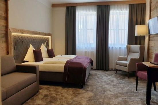 Beispiel für ein Mehrbettzimmer im Westflügel. Bei Zweierbelegung bietet das extra Sofabett eine zusätzliche Sitzgelegenheit