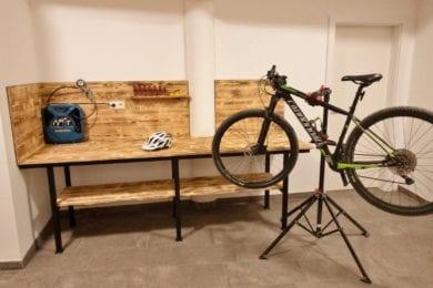 Zum Radservice im Stegerbräu zählt auch ein absperrbarer Radraum, inklusiver Werkbank