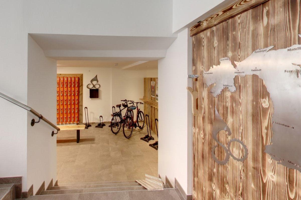Im Sommer dient der Skikeller im Hotel Stegerbräu als Rad-Abstellraum, ist absperrbar und bietet auch eine Werkbank