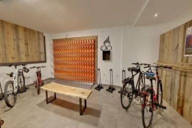 Der Fahrradraum im Stegerbräu ist von Außen und Innen zugänglich und bietet genug Platz für die Bikes, Helme oder Ladegeräte für die E-Bikes