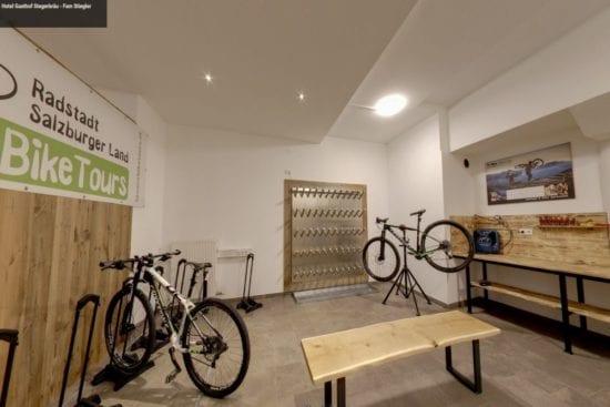Für die Fahrräder gibt es im Hotel Stegerbräu genug Platz im absperrbaren Radraum, inklusive einer praktischen Werkbank