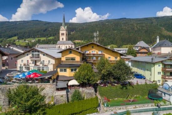 Das Restaurant Stegerbräu bietet auf der Rückseite einen tollen Gastgarten und unterhalb befindet sich ein Spielplatz