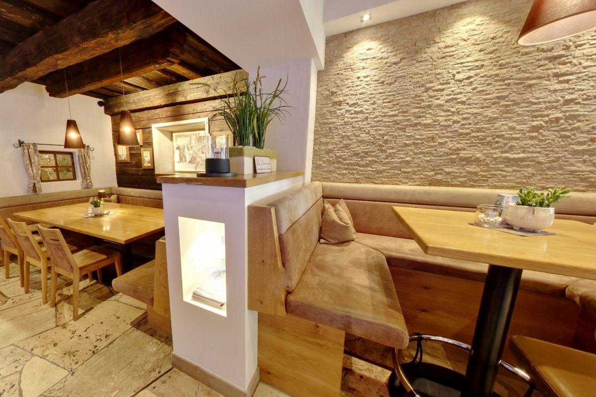Teilansicht vom Café-und Barbereich im Stegerbräu mit Stammtisch