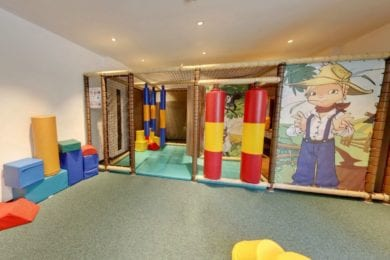 Spielzimmer mit Kletterbereich für die kleinen Gäste