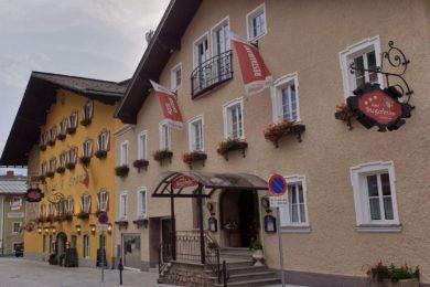 Hotelansicht Stegerbräu an einem Herbsttag