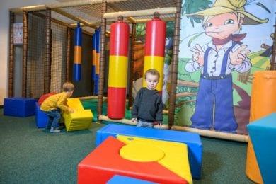 Im Spielzimmer mit Kletterstation können sich die kleinen Gäste richtig autoben