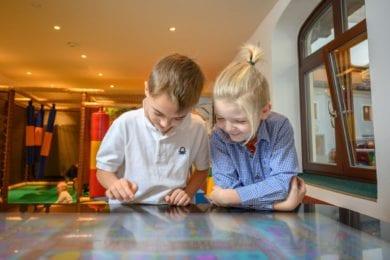 Im Spielzimmer im Hotel Stegerbräu bietet die Spielkonsole eine abwechslungsreiche Auswahl