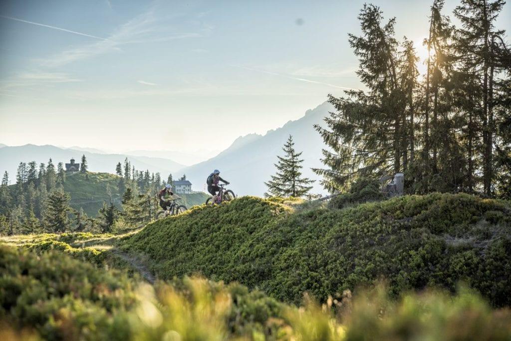 Vom Hochgründeck auf 1800m führt der Stoneman Trail über den Aigenberg nach Eben. Im Hintergrund das Heinrich Kiener Haus