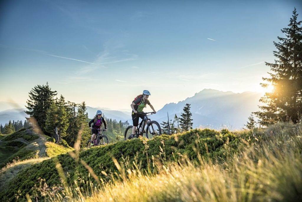 Stoneman Mountainbikerinnen, beim Aufstieg zum Hochgründeck auf 1800 m Seehöhe