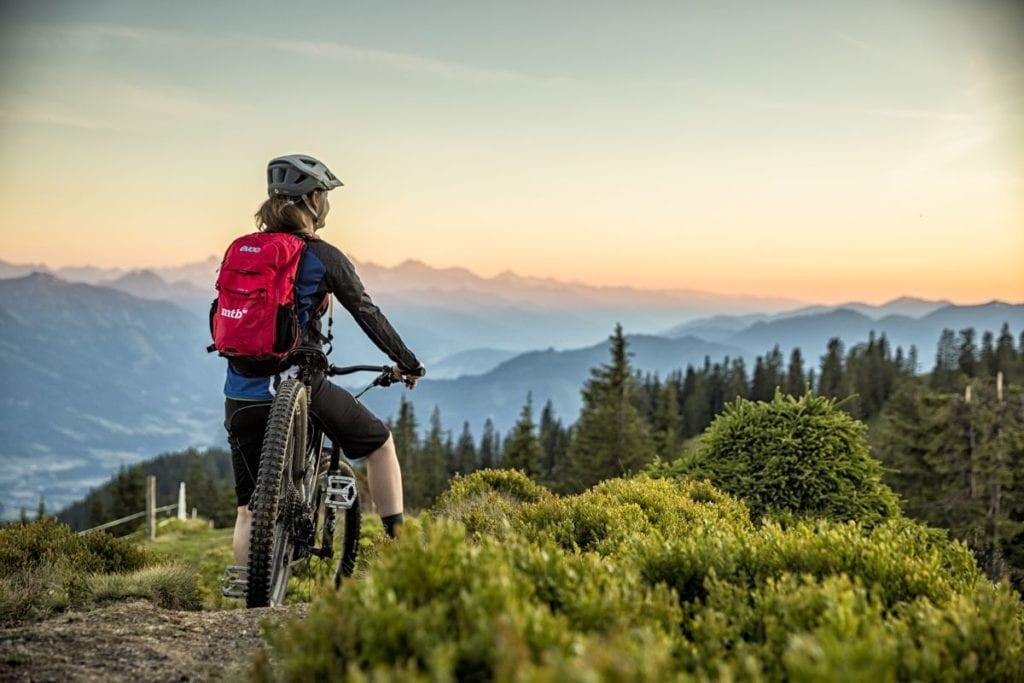 Stoneman Taurista Bikerin genießt das herrliche Bergpanorama am Hochgründeck