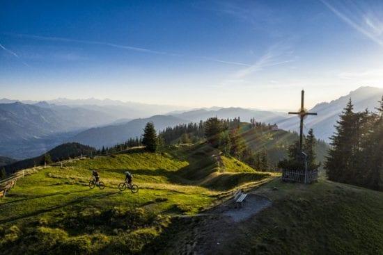 Stoneman Mountainbiker am Gipfel des Hochgründecks in Wagrain mit herrlichem Panoramarundblick