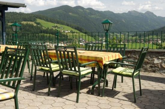 Im Sommer bietet die Terrasse des Panoramarestaurants für die Hausgäste einen tollen Blick auf die Radstädter Tauern
