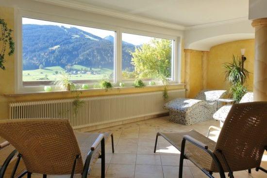 Die Panorama-Fenster im Wellness-Bereich bieten einen herrlichen Blick auf die Bergwelt