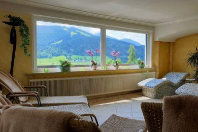Im Stegerbräu Wellnessbereich entspannen und dabei den Blick auf die Bergwelt genießen