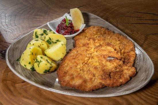 Das Wiener Schnitzel zählt zu den klassischen Standard-Gerichten im Stegerbräu, mit Petersilienkartoffeln und Preiselbeeren