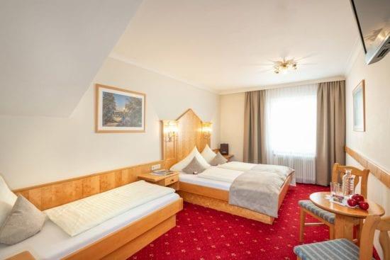 Zimmer mit Doppelbett und extra 3.Bett, eingerichtet in heller Buche, Teppichboden, neuem Badezimmer
