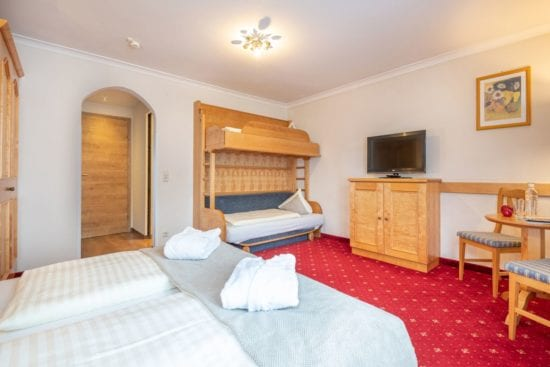 Ansicht des Vierbettzimmers im Haupthaus mit Doppelbett und extra Stockbett, passend für 2 Erwachsene und 1-2 Kinder