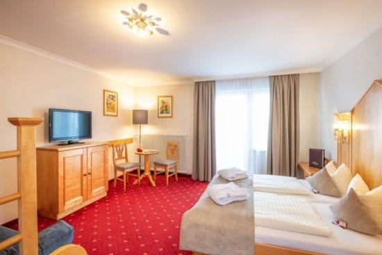 Wohnbeispiel für ein Vierbettzimmer im Stegerbräu, im Haupthaus mit hellen Buchenmöbeln, Balkon und extra Stockbett